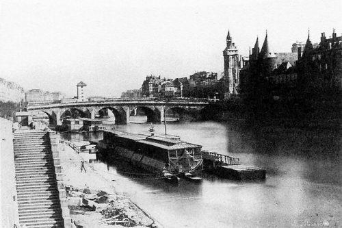 Bateau-lavoir sur la Seine à Paris. Vers le pont au Change. Charles Marville (1813–1879). Wikimedia Commons