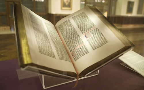 De NYC Wanderer (Kevin Eng) - originally posted to Flickr as Gutenberg Bible, CC BY-SA 2.0, https://commons.wikimedia.org/w/index.php?curid=9914015